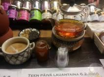 Afganistanilaista teetä Hietalahden hallin Bon Vivantissa. (Kuva Kirsi Pullinen)